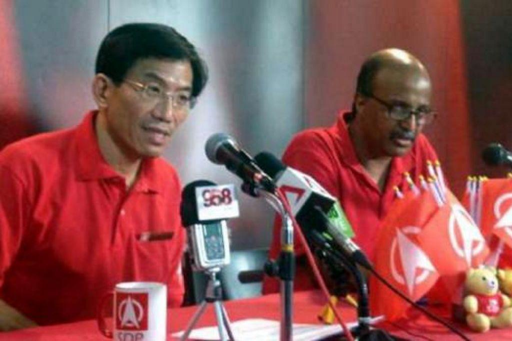 SIDANG MEDIA DI IBU PEJABAT: Ketua Parti Demokratik Singapura (SDP), Dr Chee Soon Juan (kiri), menukil beberapa cara parti pemerintah, Parti Tindakan Rakyat (PAP), meniru saranannya.- Foto THE STRAITS TIMES