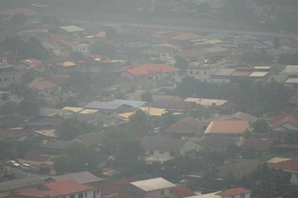Kawasan perumahan yang kelihatan dari bukit Hulu Langat di Ampang, Selangor diselubungi jerebu pada Rabu (2 September). Jabatan Meteorologi Malaysia berkata jumlah tinggi titik panas di Sumatera serta corak tiupan angin sekarang membawa jerebu ke negara itu. Gambar AFP