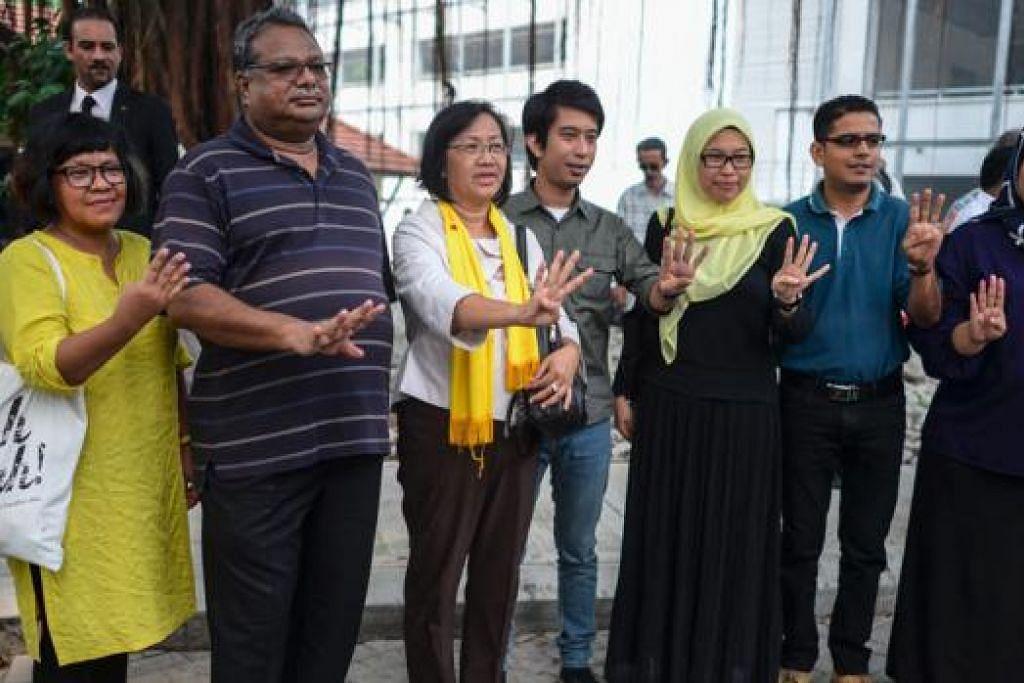 DIPANGGIL POLIS BERI KETERANGAN: Para pemimpin Bersih, termasuk Cik Maria Chin (tiga dari kiri), kelmarin dipanggil polis untuk memberi keterangan mengenai perhimpunan terlarang Bersih 4 pada hujung minggu lalu. - Foto AFP