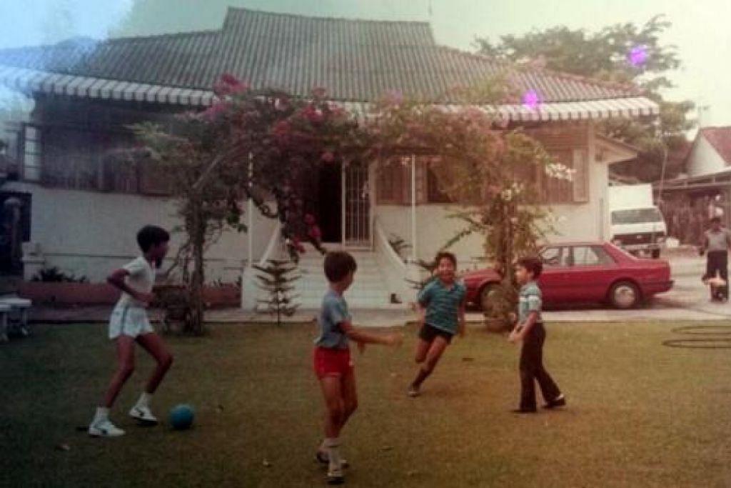 RUMAH LAMA: Rumah yang terletak di Lorong 91 Stangee, Encik Siraj sering bermain bola bersama sepupunya di hadapan rumahnya itu.