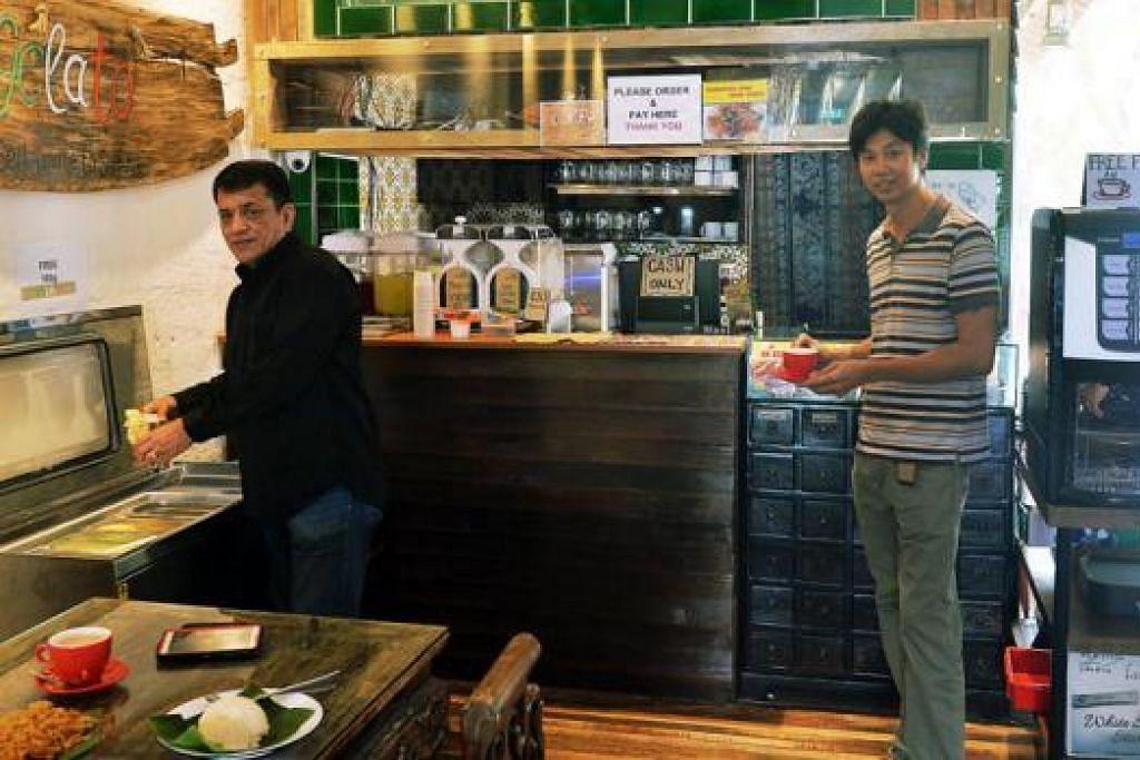MINUM HINGGA PUAS: Syed Ahmad Syed Abdullah (kiri) menggunakan mesin untuk membuat aiskrim gelato sedang seorang pelangggannya mendapatkan minuman panas daripada mesin membuat air panas. Dengan harga $4, pelanggan bebas memilih pelbagai jenis air kopi dan dapat minum berulang kali. Begitu juga dengan harga yang sama, pelanggan boleh membuat aiskrim sendiri berulang kali. - Foto KHALID BABA