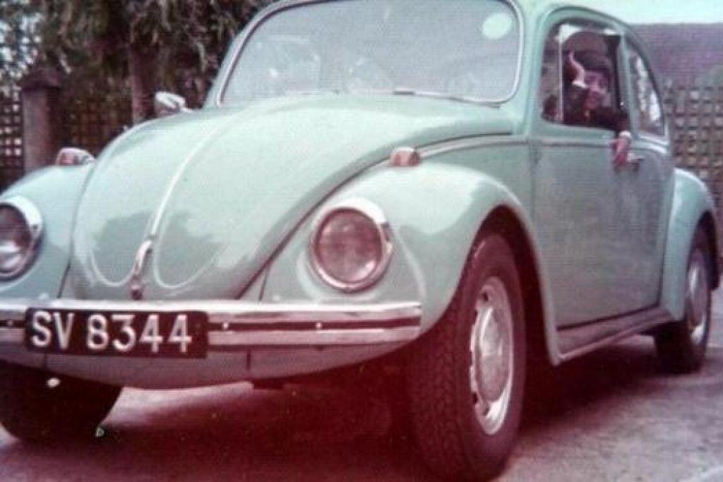 SERONOK NAIK BEETLE: Encik Siraj seronok berada di dalam kereta Volkswagen Beetle lama bapanya. - Foto-foto ihsan SIRAJ ANSARI
