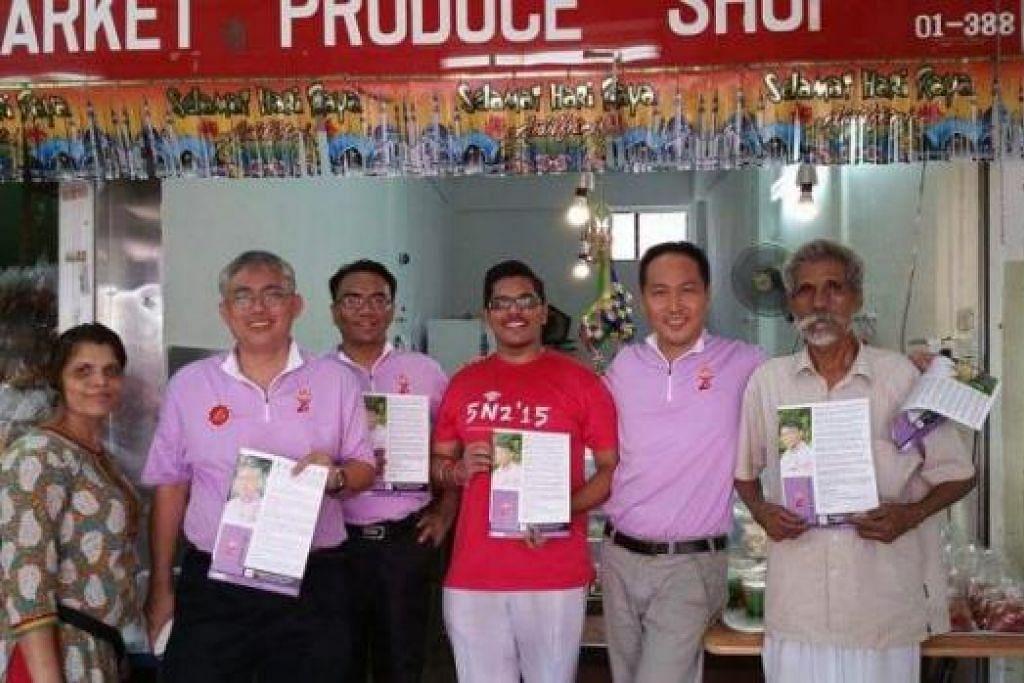 CARA LEBIH BERKESAN: PPP yang dipimpin setiausaha agung, Encik Goh Meng Seng (dua dari kiri), lebih senang bersua muka dengan penduduk di kawasan undi yang ditandingi kerana ia membolehkan parti itu memahami keperluan penduduk. - Foto SITI AISYAH NORDIN