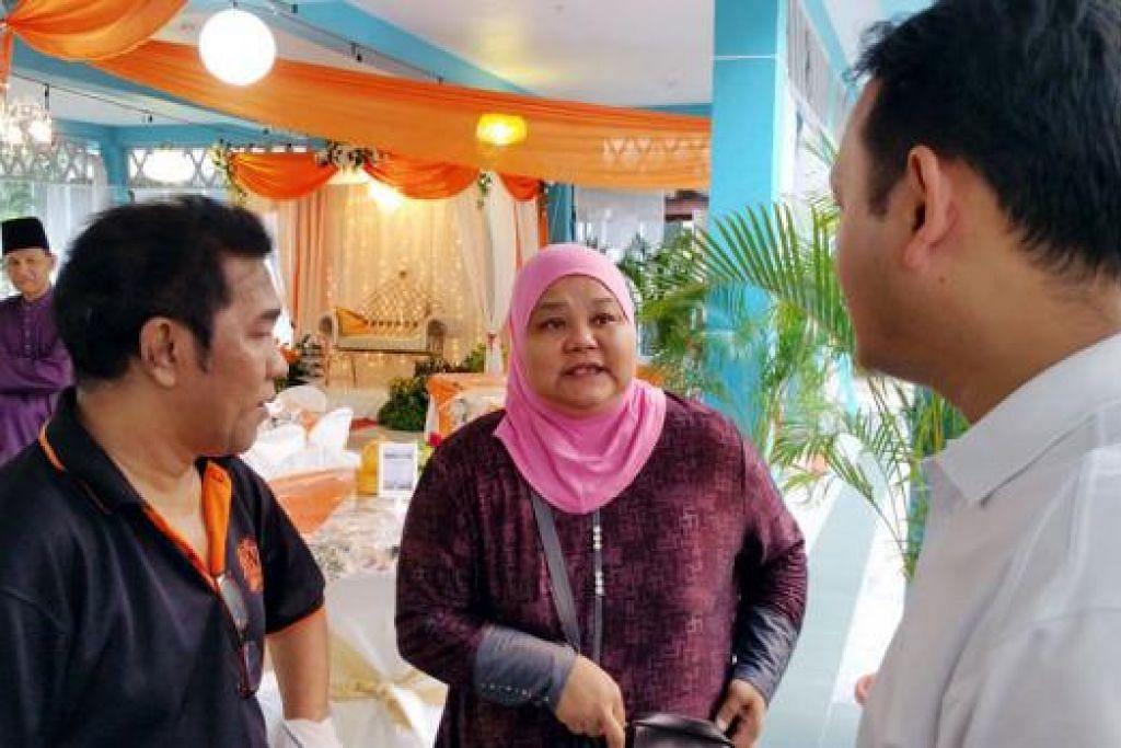 DEKATI PENDUDUK: Encik Saini (kiri) dan isterinya, Cik Roslina Su'ap, menghargai bantuan yang diberikan Encik Zaqy sebelum ini bagi pendidikan anak mereka. Encik Zaqy (kanan) bertemu pasangan itu baru-baru ini di majlis walimah pasangan itu. - Foto NIZAM ISMAIL