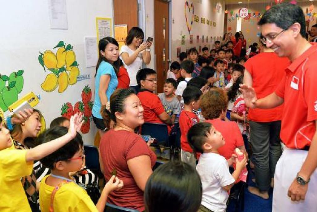 SERONOK BELAJAR PENDIDIKAN NASIONAL: Kanak-kanak dan guru daripada Sekolah Tadika Eager Beaver dan ibu bapa mereka gembira menyambut kedatangan Dr Faishal bagi acara pendidikan nasional semalam. - Foto KHALID BABA