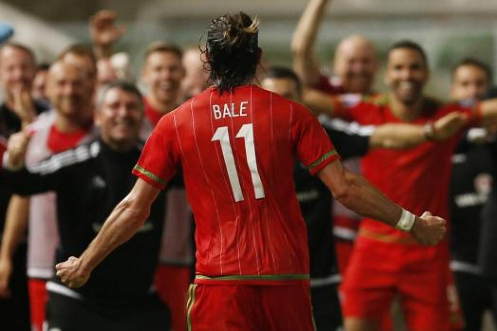 MENYAMBUT SANG WIRA: Wira penjaring gol kemenangan pasukan, Gareth Bale, berlari ke arah pasukan sebaik menjaringkan gol penting yang meletakkan negaranya di ambang pusingan akhir Euro 2016. - Foto REUTERS