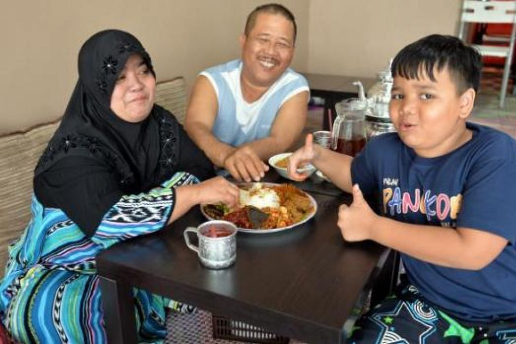 TERINGAT SEMASA DULU: Antara keunikan restoran Zada SG ialah pelanggan seperti (dari kiri) Cik Asmah Ahmad, suaminya, Encik Osman Sabiloon, dan anak saudara mereka, Zakir Zulkarnain, boleh memilih mahu duduk di tikar atau di kerusi.