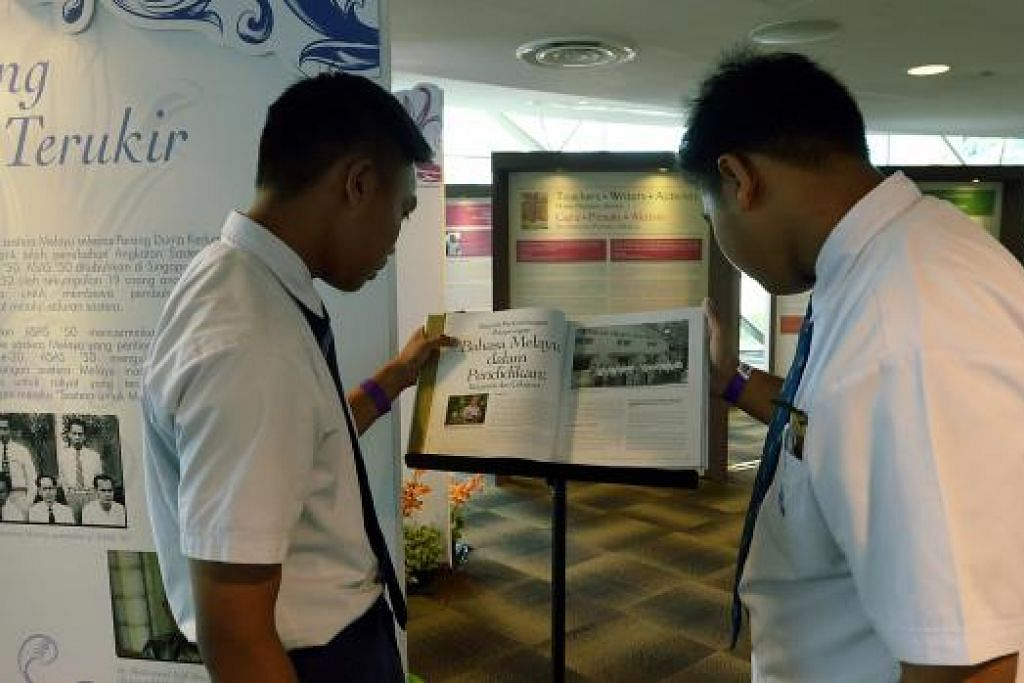 AMATI KARYA: Pelajar Sekolah Menengah Yusof Ishak, Hamad Usamah An-Naaseh (kiri) dan Muhammad Allif Ismail sedang melihat buku Dr Hadijah Rahmat yang dipamerkan di Pelancaran Bulan Bahasa 2015.