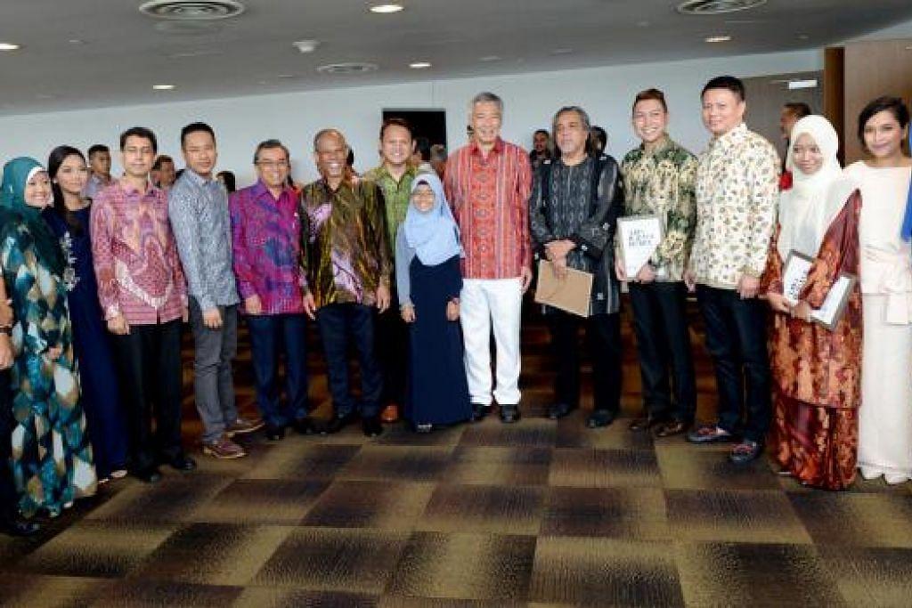 DUTA-DUTA BAHASA: PM Lee bergambar bersama duta-duta bahasa tahun ini serta tahun tahun yang lalunya di majlis pelancaran Bulan Bahasa 2015.