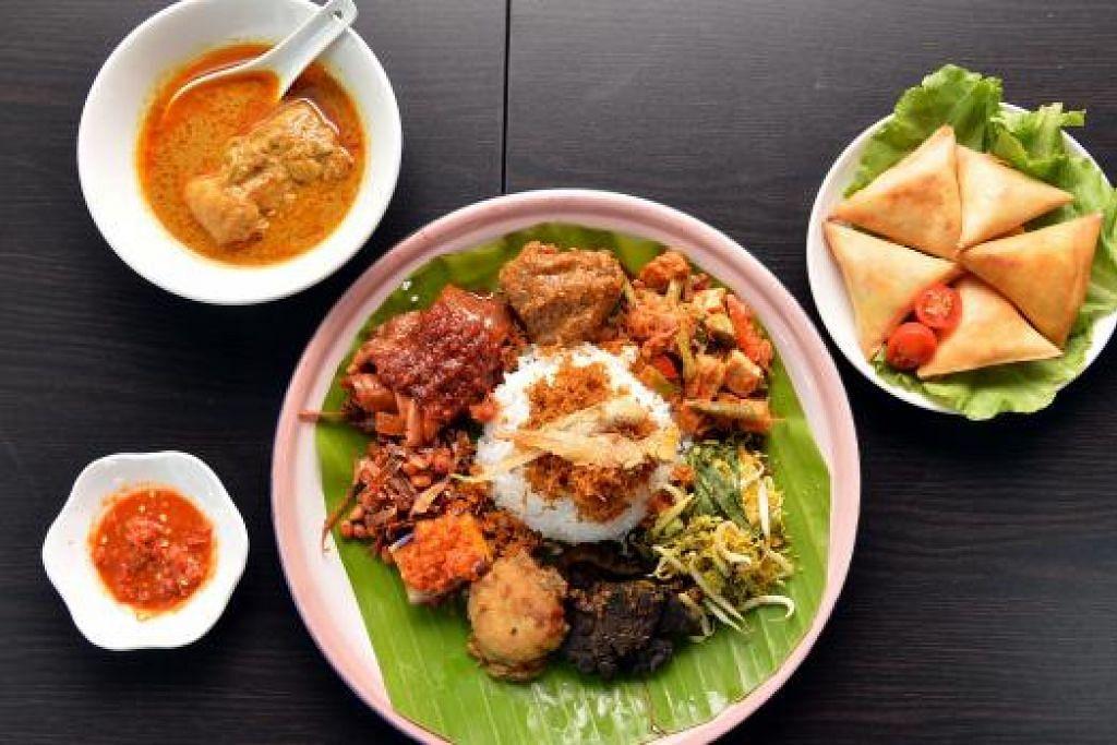 BUKAN NASI AMBENG SAHAJA: Nasi ambeng merupakan makanan utama dan digemari ramai di restoran Zada SG. Restoran ini juga menyediakan pelbagai jenis nasi dan kuih-muih seperti sambosa. - Foto-foto M.O. SALLEH