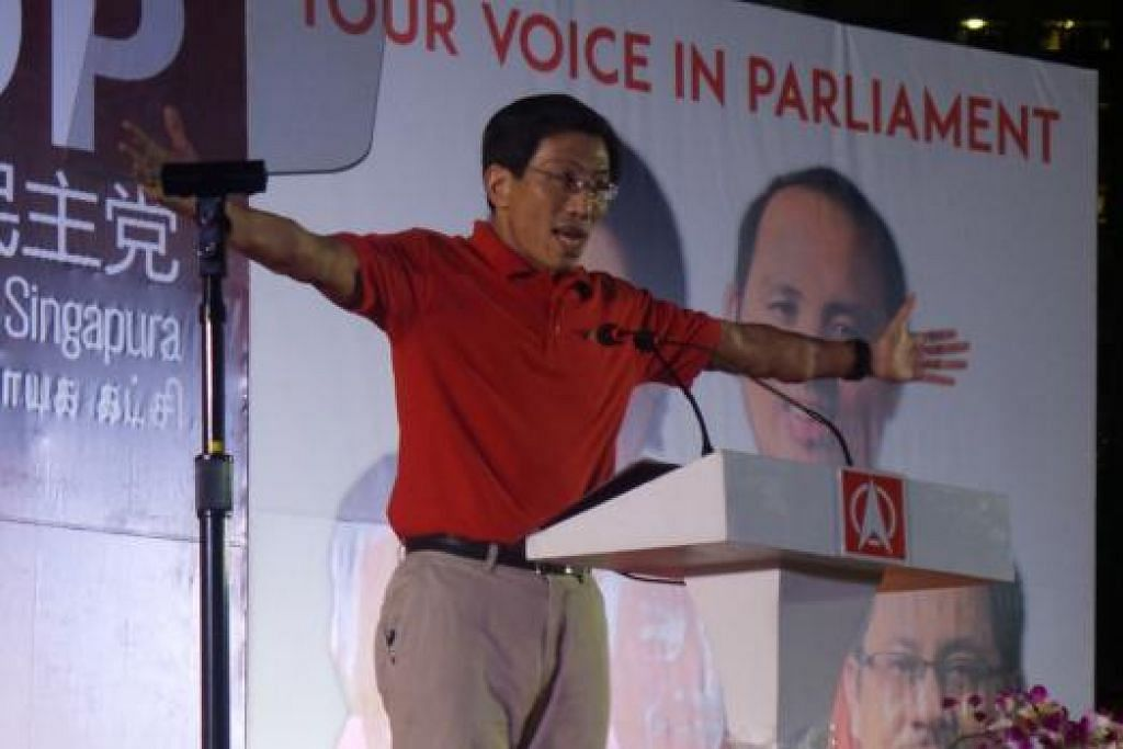 RAPAT: Dr Chee Soon Juan cuba menyemarak semangat penyokongnya semasa erucap di rapat SDP di Commonwealth. – Foto SHAHIDAH SARHID