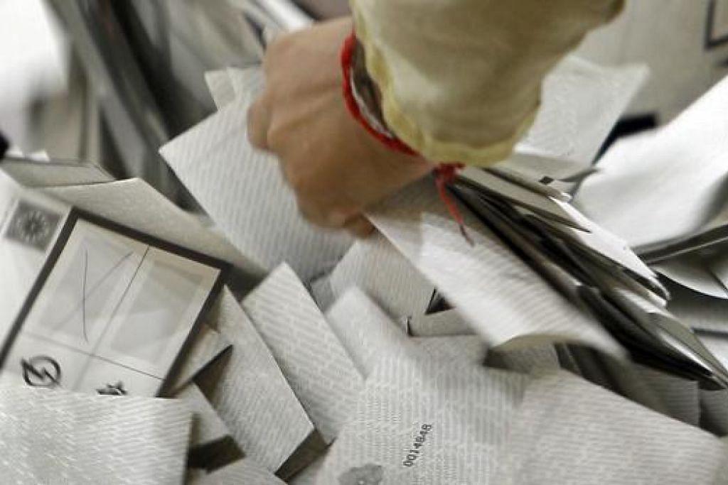 UNDI SECARA BERTANGGUNGJAWAB: Kertas undi dicampur sebelum dihitung di Pilihan Raya Umum 2011. - Foto fail