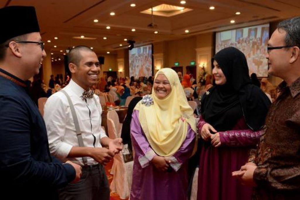 PROGRAM TINGKAT KEBOLEHAN ASATIZAH: (Dari kiri) Ustaz Mohamad Khidir, Ketua Unit Pendidikan Belia Muis; Ustaz Muhammad Hamzah, guru dan penyelaras aLIVE Masjid Darul Makmur; Ustazah Jamilah Amran, Mudirah aLIVE Masjid Darul Makmur; Ustazah Farah Mahamood Aljunied, Timbalan Pengarah Kurikulum Pendidikan Belia Muis; dan Encik Khalid Shukur Bakri, Pengerusi Eksekutif Masjid Darul Makmur; di majlis tamat pengajian program ATC serta FIVE anjuran Muis di The Chevrons semalam.