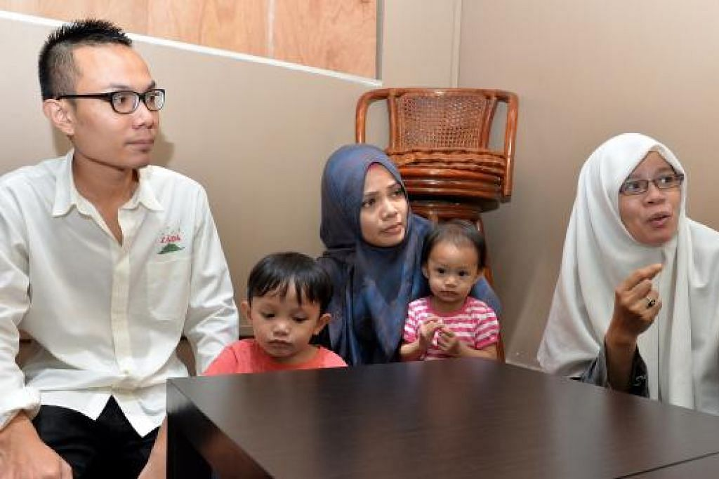 PERNIAGAAN KELUARGA: Pemilik Zada SG, Encik Muhd Saufi Mohd Salleh (kiri), bersama ibunya yang juga tukang masak restoran, Cik Surita (kanan), dan kakaknya, Cik Nur Farisyah, yang bertugas di bahagian pentadbiran.