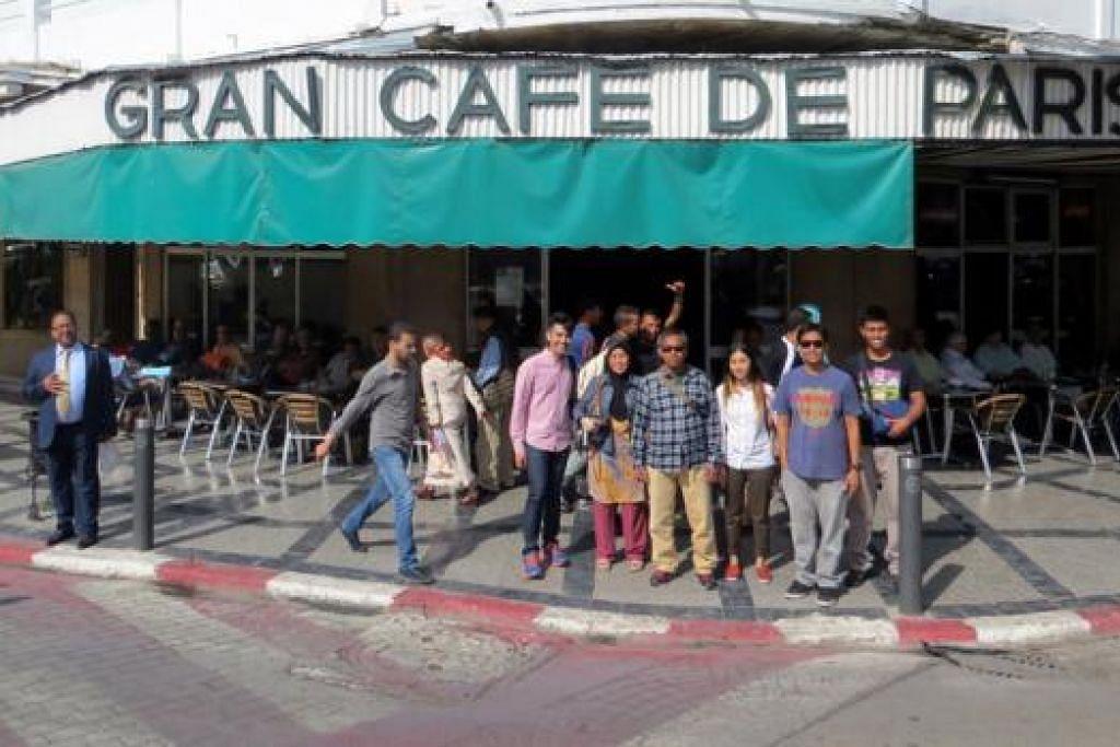BAGAI DALAM FILEM: Penulis sekeluarga bergambar di Gran Café de Paris dalam kawasan Tangier, Maghribi. Tempat itu dipaparkan dalam filem pecah panggung 'The Bourne Ultimatum', yang dibintangi pelakon Hollywood popular, Matt Damon. - Foto AMIN ZAINOTDINI