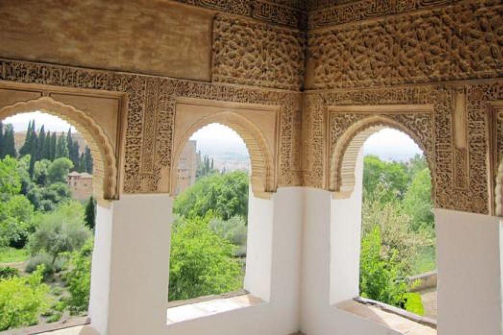ISTANA NAN INDAH: Hiasan dalaman istana lama Alhambra sarat unsur keislaman. SENI BINA SEPANYOL: Beginilah wajah kawasan Toledo, Sepanyol. - Foto AMIN ZAINOTDINI