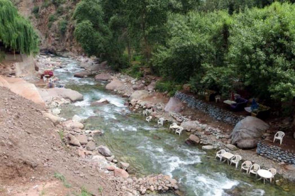 SUNGAI MENENANGKAN: Sungai Ourika ini mengalir di banjaran gunung High Atlas, Maghribi. - Foto AMIN ZAINOTDINI