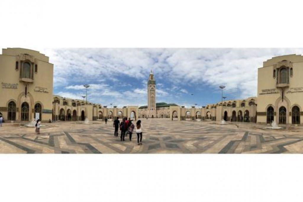 INDAH TAK TERPERI: Keluarga penulis berpeluang melihat kecantikan kawasan Masjid Hassan II di Casablanca, Maghribi, sewaktu bercuti awal Jun lalu. - Foto AMIN ZAINOTDINI