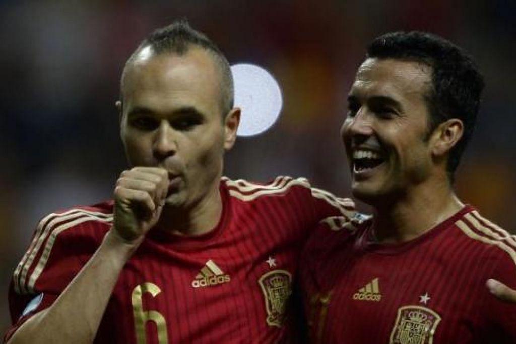 JARINGAN PENALTI: Andres Iniesta (kiri) dari Sepanyol meraikan jaringan sepakan penalti beliau bersama Pedro Rodriguez selepas mereka mengalahkan Slovakia 2-0. – foto AFP