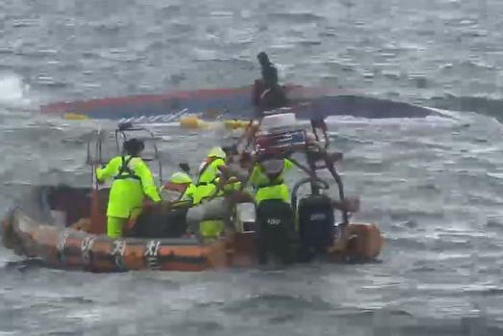 USAHA MENYELAMAT: Pegawai pengawal pantai Korea Selatan menjalankan usaha mencari penumpang kapal yang membawa pemancing yang karam dekat Pulau Chuja, di barat daya negara itu semalam. Sekurang-kurangnya lapan orang terkorban dalam kejadian itu. - Foto AFP