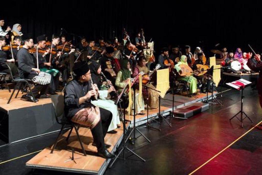 TERUSKAN WARISAN BUDAYA MELAYU: Orkestra Sri Temasek adalah antara kumpulan seni persembahan budaya Melayu di Kelab Masyarakat Tampines West. - Foto ihsan HANAFI IDRUS