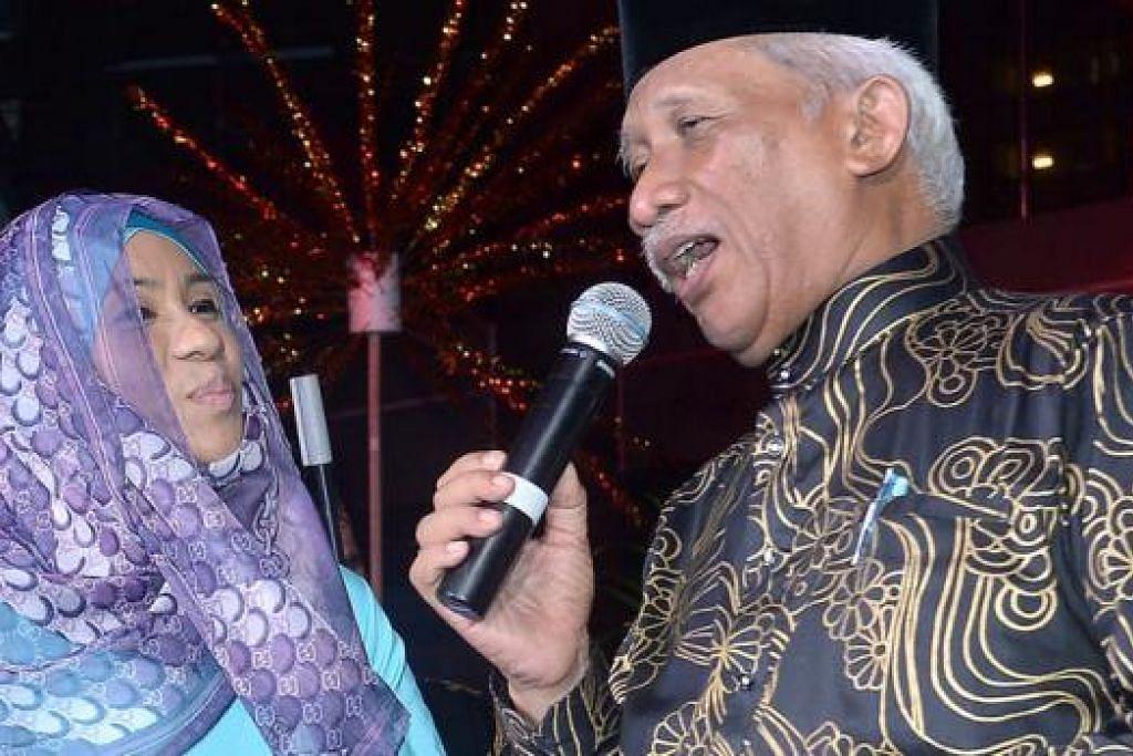 DENDANGAN LAGU KERONCONG: Encik Nadiputra dan Cik Asnida Daud ketika menyampaikan sebuah lagu keroncong dengan iringan muzik oleh Keroncong D'Temasek pada Bulan Bahasa tahun lalu. - Foto fail