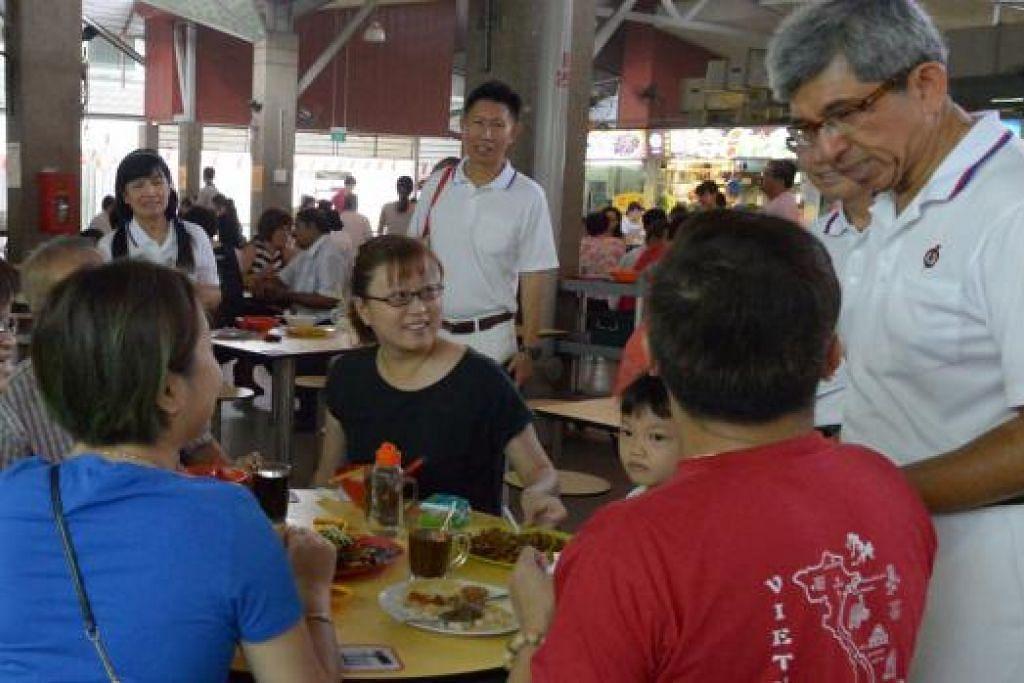 TEMUI PENDUDUK DI GRC JALAN BESAR: Dr Yaacob mengadakan lawatan menemui penduduk di Sims Place Market and Food Centre, semalam. – Foto TUKIMAN WARJI