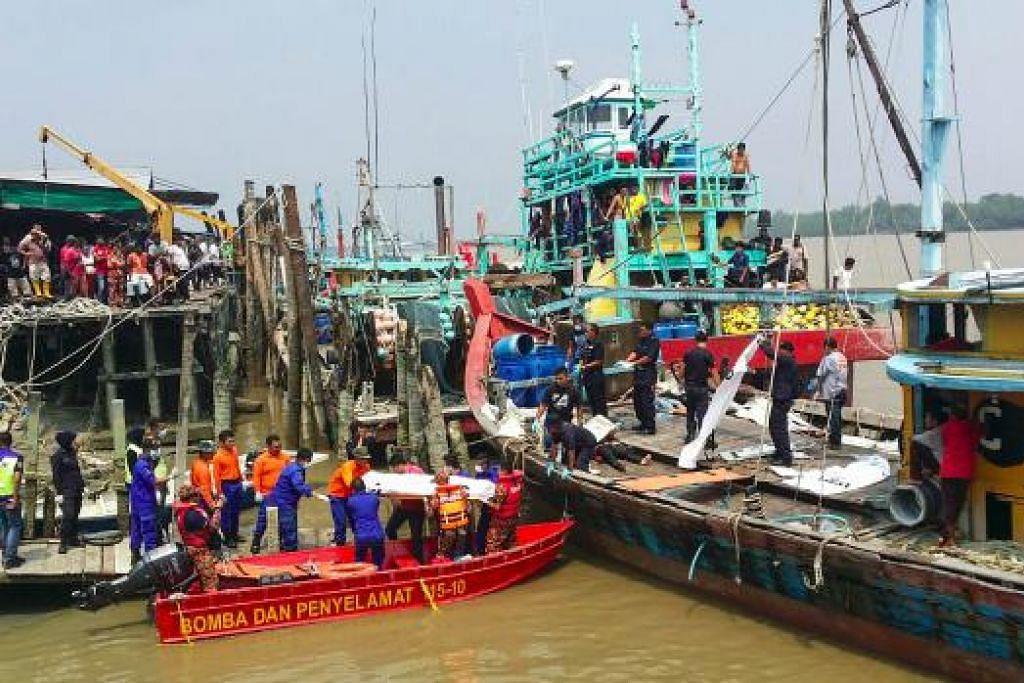 Foto yang diberi Agensi Penguatkuasaan Maritim Malaysia pada 3 September lalu menunjukkan pasukan penyelamat mengangkat mayat korban kejadian bot karam di laut dekat Hutan Melintang, Selangor.  Gambar fail AFP