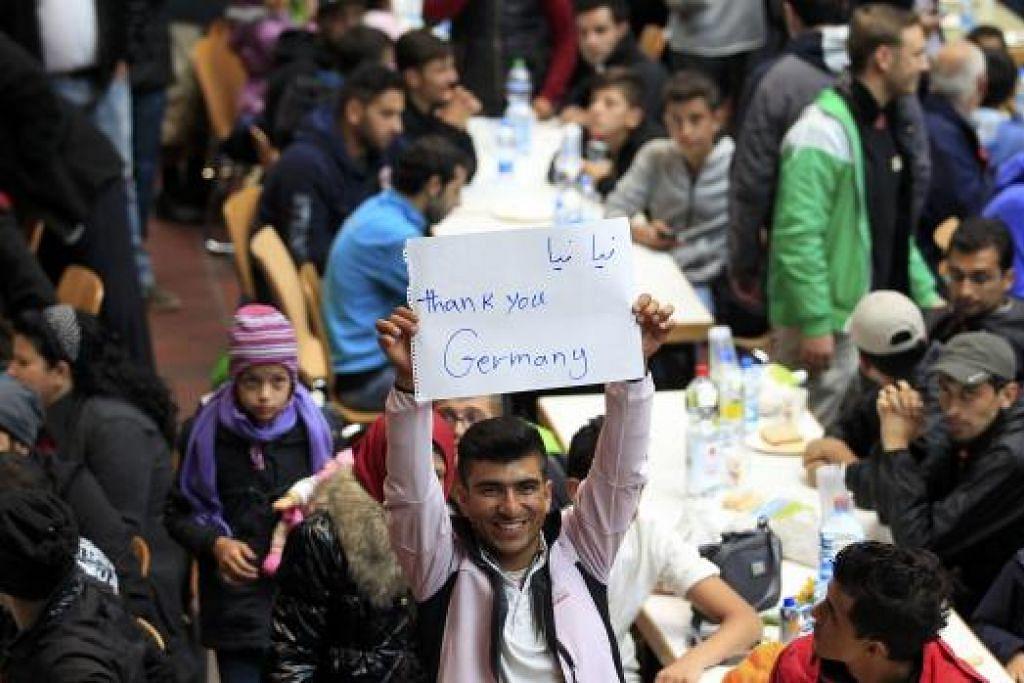 Seorang pelarian mengucapkan terima kasih kepada Jerman di sebuah pusat pendaftaran setelah tiba stesen kereta api utama di Dortmund pada Ahad, 6 September.  Gambar  REUTERS