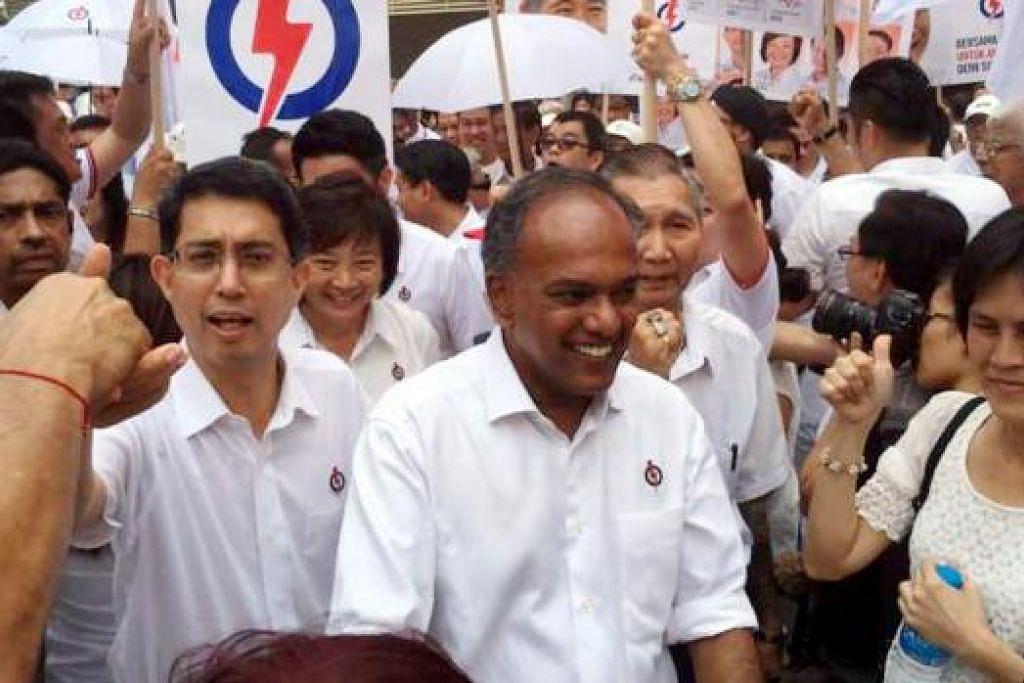 Encik Shanmugam, bersama salah seorang anggota pasukannya di GRC Nee Soon,  Setiausaha Parlimen (Kesihatan merangkap Pengangkutan), Profesor Madya Dr Faishal Ibrahim (kanan beliau), berkata  pilihan bagi pengundi ialah pemerintah yang ada sekarang atau pemerintah alternatif yang mahu dibentuk Parti Pekerja (WP). Gambar THE STRAITS TIMES