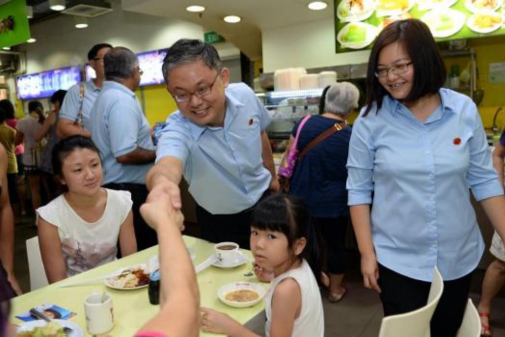 Cik Sylvia Lim bersama calon WP bagi SMC Sengkang West, Encik Koh Choong Yong, bertemu penduduk. Gambar THE STRAITS TIMES