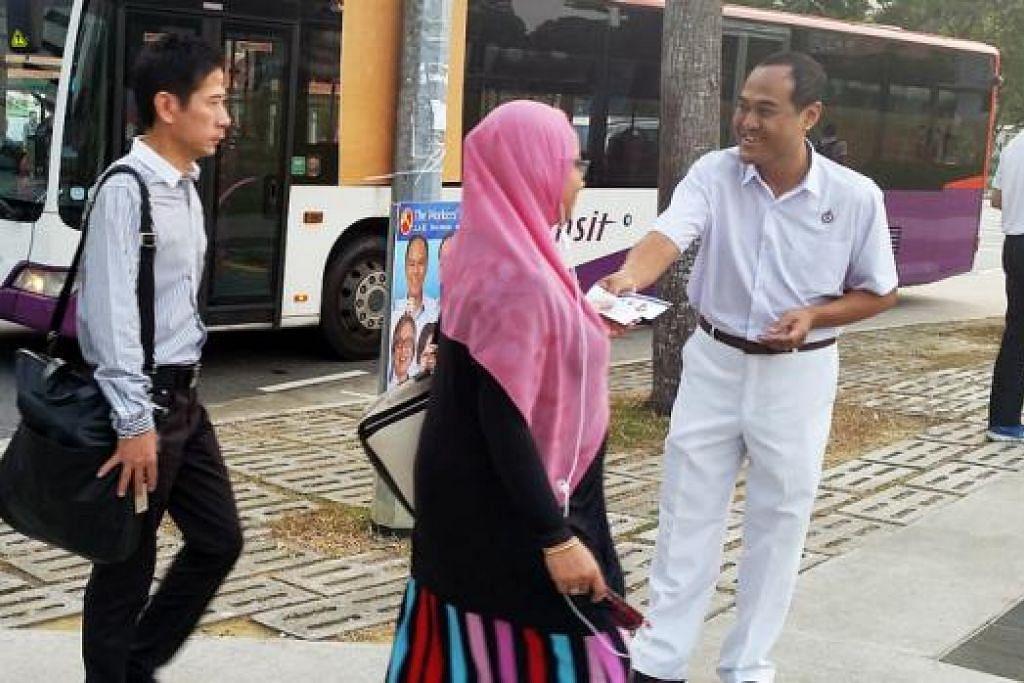 MUKA BARU DI ALJUNIED: Encik Shamsul Kamar mengedarkan risalah kepada penduduk yang dalam perjalanan ke stesen MRT Hougang semalam. - Foto-foto CHAIRUL FAHMY HUSSAINI