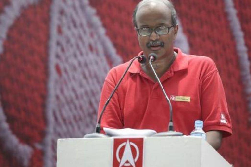 RAPAT TENGAH HARI: Dr Tambyah antara tujuh calon SDP yang berucap di rapat pilihan raya dekat UOB Plaza tengah hari semalam. - Foto THE STRAITS TIMES