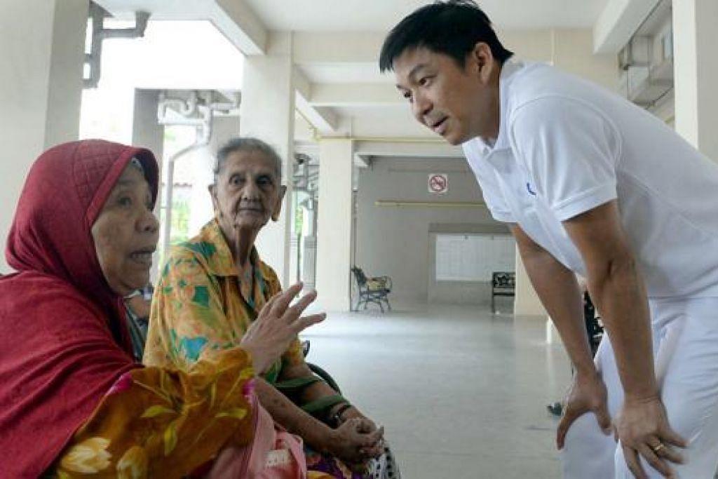 PRIHATIN DENGAN PENDUDUK: Encik Tan mendengar keprihatinan Cik Saerah Kasim (kiri) dan Cik Peter Josephine di Chai Chee Avenue. - Foto TAUFIK A. KADER
