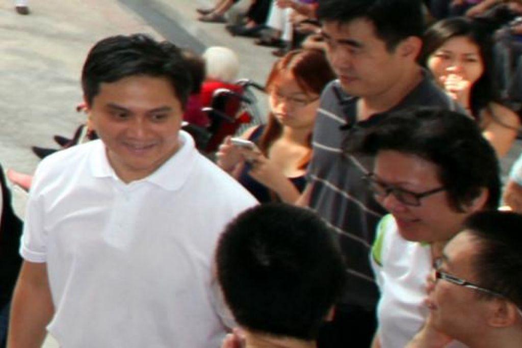 BERAMAH MESRA: Encik Saktiandi Supaat bermesra dengan para penduduk dalam satu acara masyarakat di Toa Payoh semalam. - Foto ZAOBAO