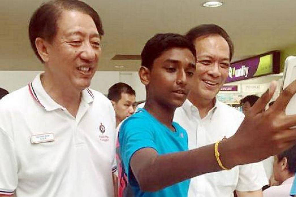 BERI SOKONGAN: Timbalan Perdana Menteri Teo Chee Hean (kiri) memberi sokongan kepada calon PAP bagi SMC Punggol East, Encik Charles Chong, (kanan), dengan menyertainya semasa mendekati penduduk. - Foto FACEBOOK CHARLES CHONG