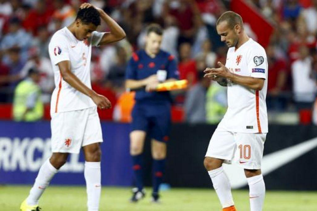 APA SUDAH JADI?: Tunggak Belanda, Wesley Sneijder (kanan), dan rakan sepasukan, Jairo Riedewald, begitu kecewa semasa kekalahan kepada Turkey dinihari semalam. - Foto REUTERS