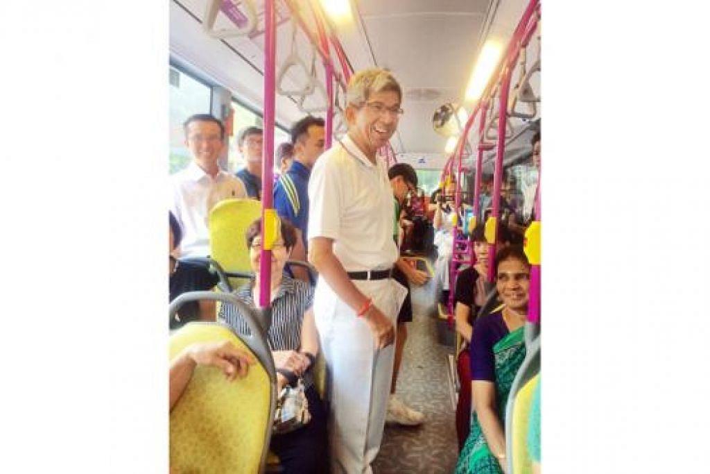 BERKEMPEN DALAM BAS: Dr Yaacob mengambil kesempatan berkempen dalam perkhidmatan bas ulang-alik yang bermula dan berakhir dekat stesen MRT Kallang. - Foto FARID HAMZAH