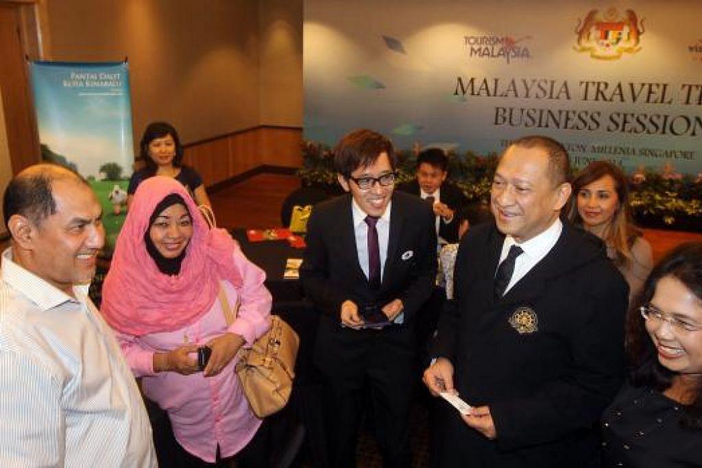 Datuk Seri Mohamed Nazri Abdul Aziz (right) memimpin delegasi Malaysia bagi mempromosi negara itu dalam kalangan pemain industri pelancongan Singapura tahun lalu. Beliau berkata pihaknya perlu menjalankan pelbagai inisiatif untuk memacu pertumbuhan pelancong dari Singapura sepanjang bulan-bulan mendatang. Gambar fail ZAOBAO