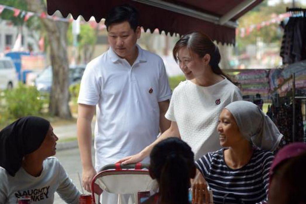 MESRA BERSAMA PENDUDUK: Cik Noraidah Mohd Nor (kiri) dan rakannya, Cik Zawiah Jamal (kanan) sempat bertanyakan keadaan Cik Tin Pei Ling selepas bersalin semasa beliau mengadakan lawatan di SMC MacPherson Jumaat lalu. - Foto THE STRAITS TIMES