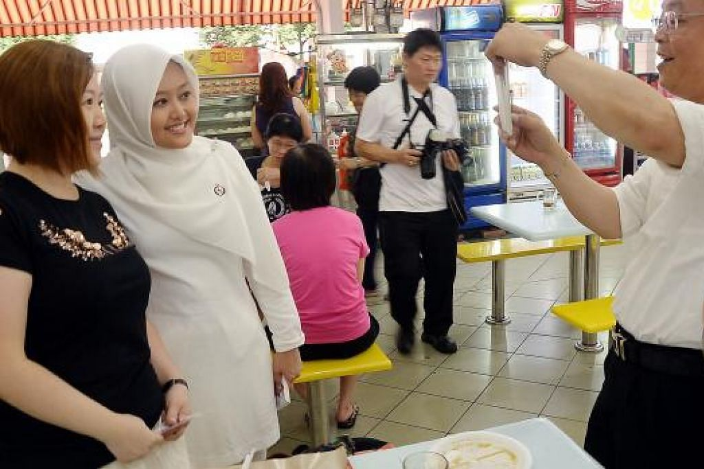 Cik Rahayu Mahzam beramah-tamah dengan penduduk Bukit Batok East. Gambar JOHARI RAHMAT