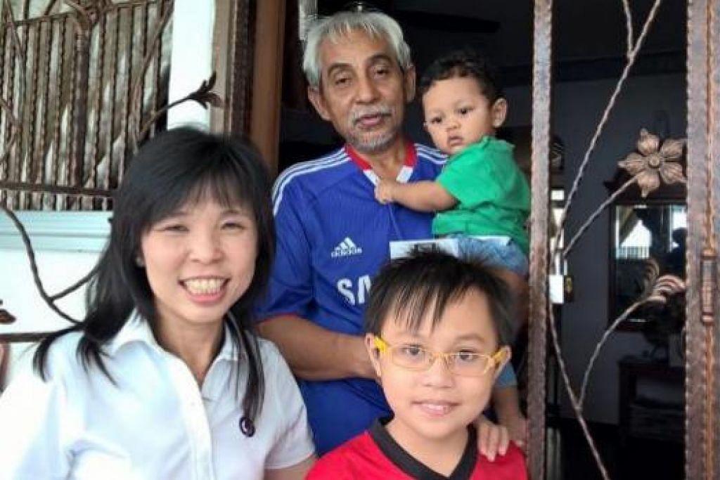 MENDEKATI PENDUDUK: Calon GRC East Coast, Cik Jessica Tan, bergambar bersama penduduk di kawasan Changi Simei semasa salah satu sesi kunjungan ke rumah penduduk. - Foto JESSICA TAN FACEBOOK