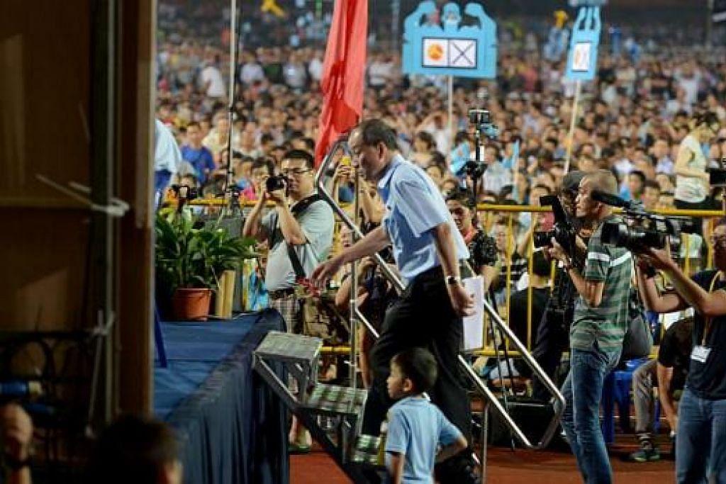 TEMU PENYOKONG: Encik Low Thia Khiang, tiba di rapat Parti Pekerja di Stadium Bedok. – Foto` TUKIMAN WARJI