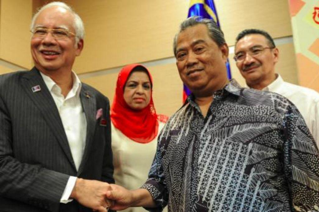 Datuk Seri Najib (kiri) dan Tan Sri Muhyiddin bersalaman semasa sidang media selepas mesyuarat Majlis Tertinggi Umno semalam (9 Sep). Tan Sri Muhyiddin kekal sebagai timbalan presiden Umno walaupun ada desas-desus beliau akan dibuang parti. Gambar AFP