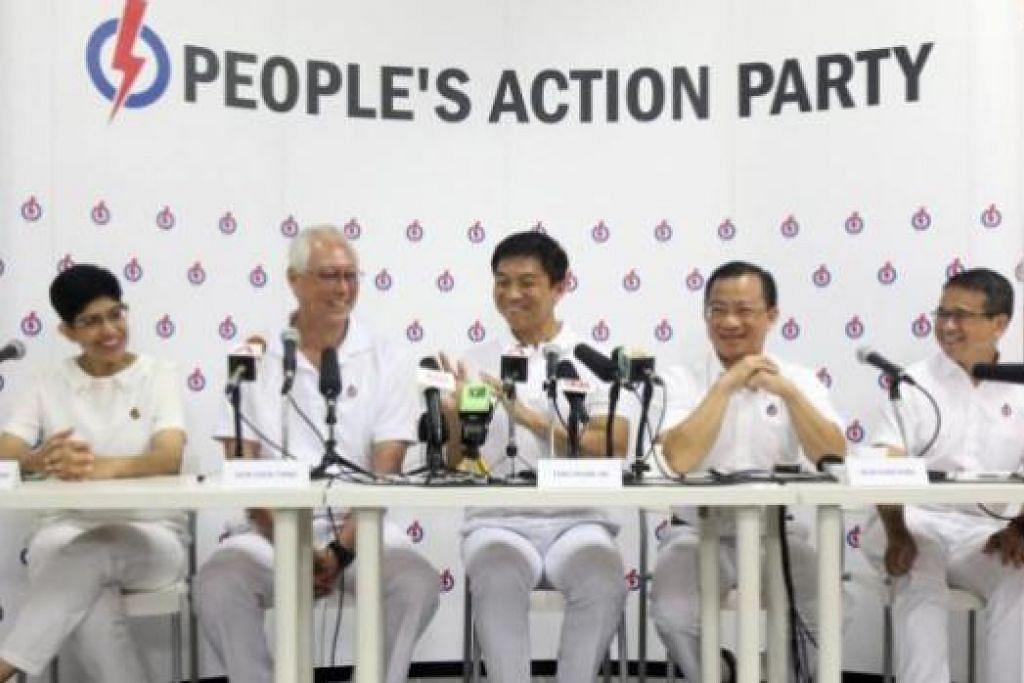 MESEJ PENTING: Ketua pasukan PAP bagi GRC Marine Parade, Encik Tan Chuan-Jin (tengah), mengutarakan empat soalan penting bagi pengundi. Turut bersama ialah rakan sepasukannya (dari kiri), Dr Fatimah Lateef, Encik Goh Chok Tong, Encik Seah Kian Peng dan Encik Edwin Tong, dalam sidang akhbar semalam. - Foto WANBAO