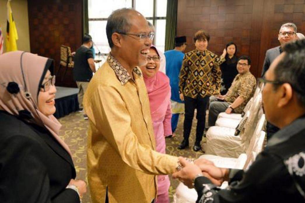 BERMESRA: Encik Masagos Zulkifli (dua dari kiri) bermesra dengan perwakilan dan peserta Sakat - (dari kiri) Pengarah Dewan Bahasa dan Pustaka Brunei, Hajah Aminah Haji Momin, dan Profesor Madya Dr Hadijah Rahmat. - Foto fail