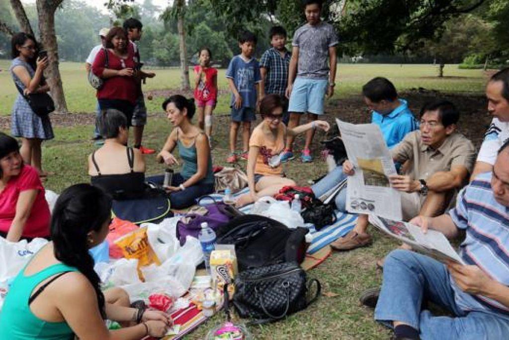 MAKAN BERSAMA: Pemimpin SDP, Dr Chee Soon Juan (tiga dari kanan), meluangkan masa berkelah di Kebun Bunga bersama anggota parti, rakan dan keluarga. - Foto ZAOBAO