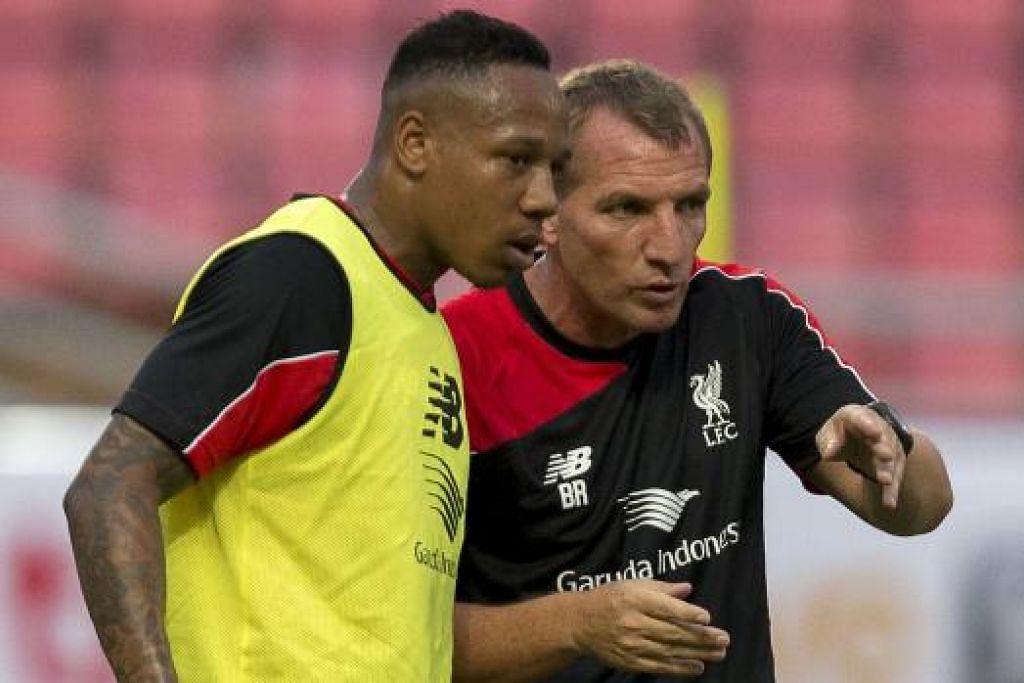 DENGAR ARAHAN: Nathaniel Clyne (kiri) mendengar arahan daripada pengurus Liverpool, Brendan Rodgers. - Foto REUTERS