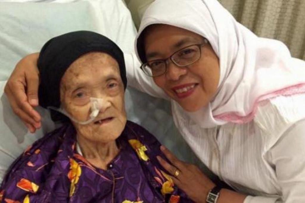 KEHILANGAN ORANG YANG DIKASIHI: Cik Halimah di saat beliau menziarahi Allahyarhamha ibunya, Cik Maimun Abdullah, di hospital, baru-baru ini. – Foto FACEBOOK HALIMAH YACOB
