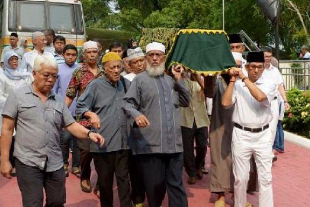 TURUT USUNG JENAZAH: Dr Yaacob (kanan) antara mereka yang menyambut dan mengusung jenazah ibu Cik Halimah sebaik sahaja tiba di Masjid Darul Makmur semalam. - Foto-foto TUKIMAN WARJI